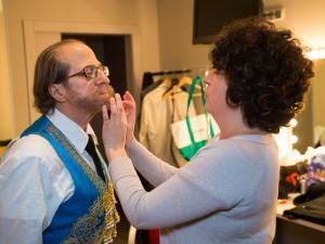 El doctor Franco Vicario, preparándose, antes de la actuación.