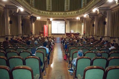 Iñaki Rodríguez, responsable del Grupo Oftalmológico Tres Torres de Bilbao, durante su conferencia peque
