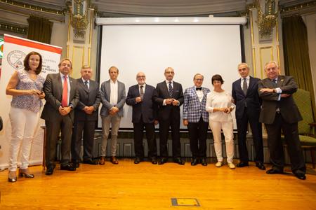 Los nuevos presidentes de sección, juntos con miembros de la junta directiva de la Academia
